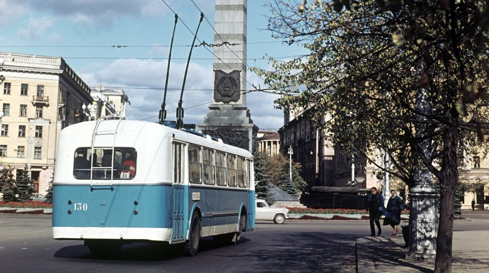 Троллейбус на площади Победы в Минске