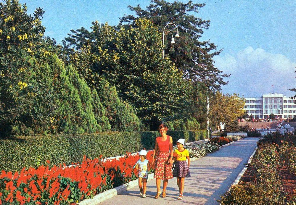 Анапа. Центральная аллея Парка культуры и отдыха имени 30-летия Победы