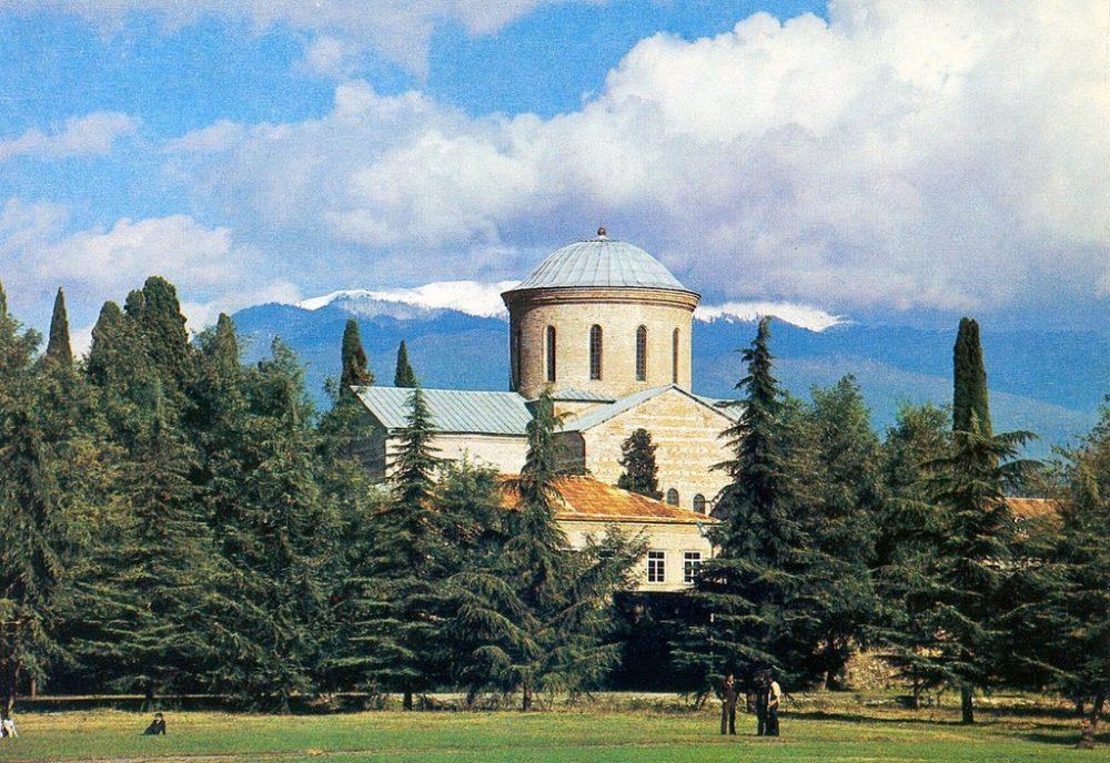 Пицунда. Пицундский храм, памятник архитектуры XI века