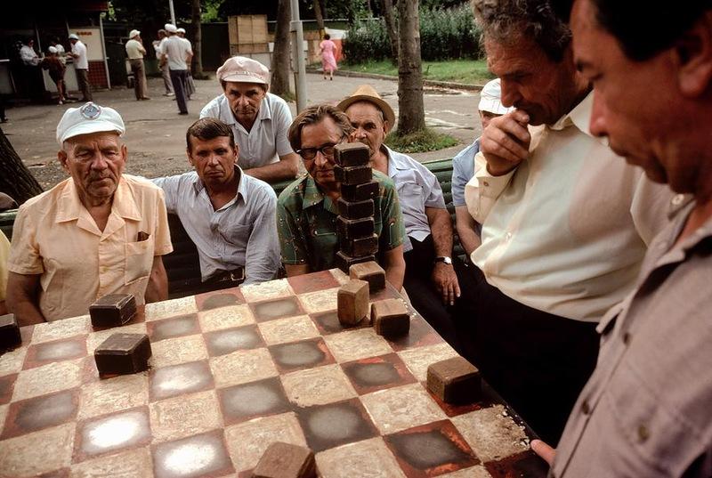 На приморском бульваре в Сочи народ играет в шахматы и шашки