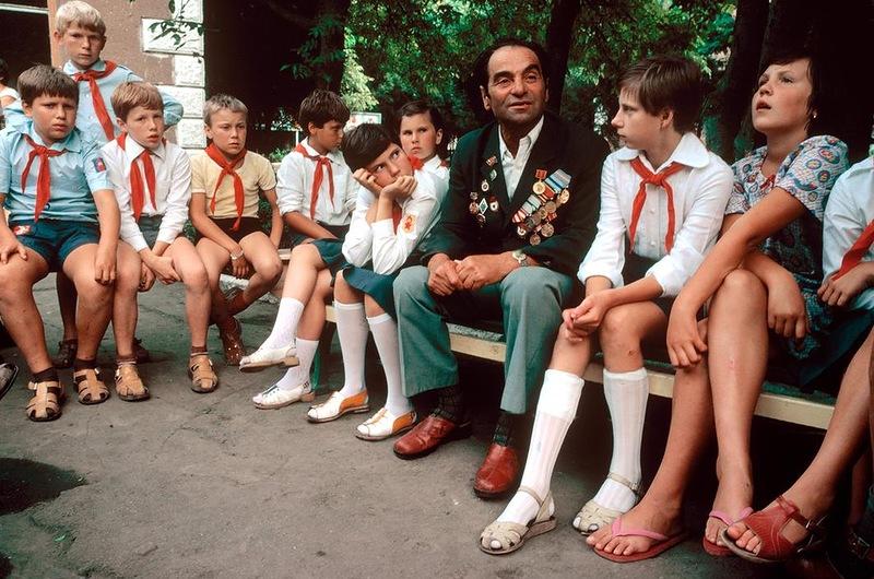"""Ветеран рассказывает о войне детям в пионерлагере """"Красное знамя"""" под Одессой"""