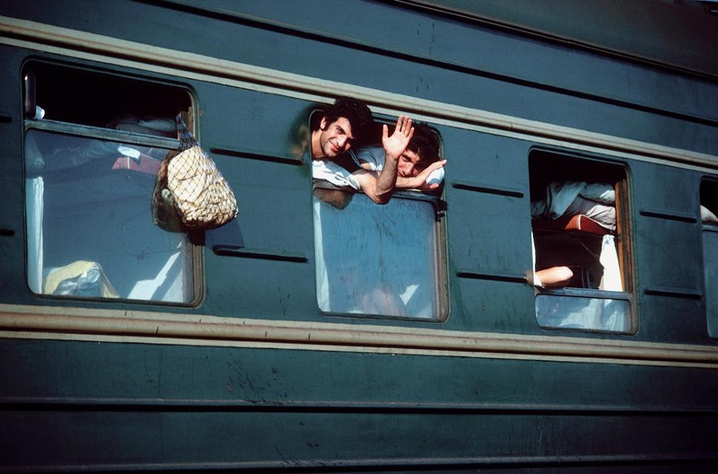 Отдыхающие в поезде на Сочинском вокзале