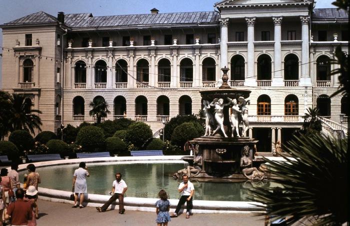 Большой фонтан на территории санатория. СССР, Сочи, 1974 год.